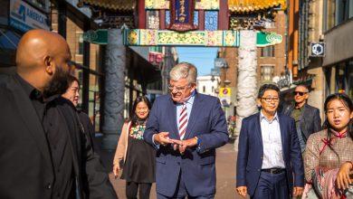 Burgemeester Van Zanen on tour in Chinatown Den Haag