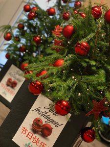 kerstbomen met rode kerstballen en lichtjes in chinatown