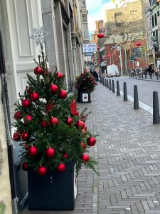 de straten van chinatown vol met kerstbomen